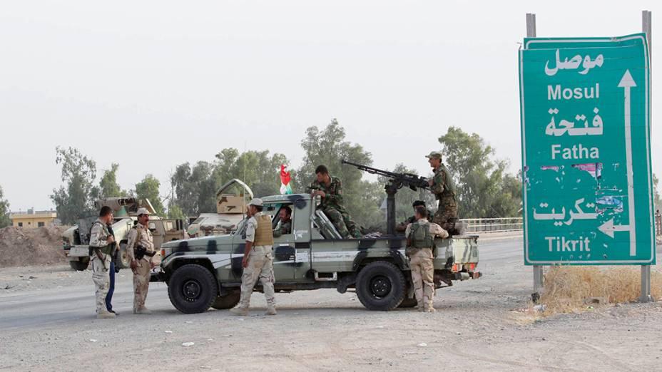 Forças de segurança curdas vigiam os arredores da cidade de Kirkuk, no Iraque