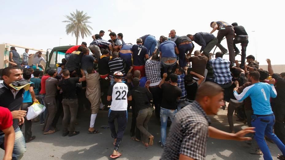 Voluntários se unem ao Exército iraquiano para combater o avanço de forças terroristas do EIIL