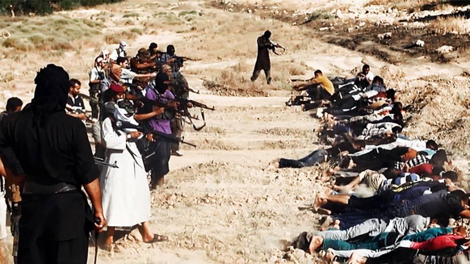 Imagem divulgada pelo site jihadista Welayat Salahuddin mostra militantes do Estado Islâmico do Iraque e do Levante (EIIL) executando dezenas de iraquianos membros das forças de segurança em um local desconhecido
