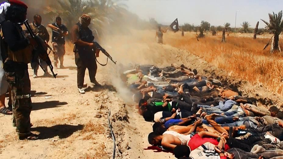Imagem divulgada pelo site jihadista Welayat Salahuddin mostra militantes do Estado Islâmico do Iraque e do Levante (EIIL) executando dezenas de iraquianosmembros das forças de segurança em um local desconhecido