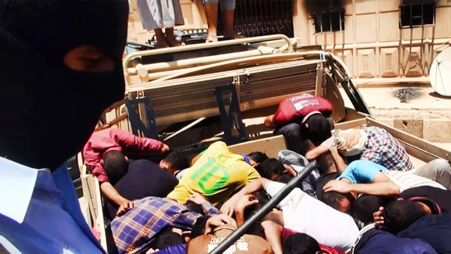 Imagem divulgada pelo site jihadista Welayat Salahuddin mostra os corpos de iraquianos membros das forças de segurança que foram executados em um local desconhecido