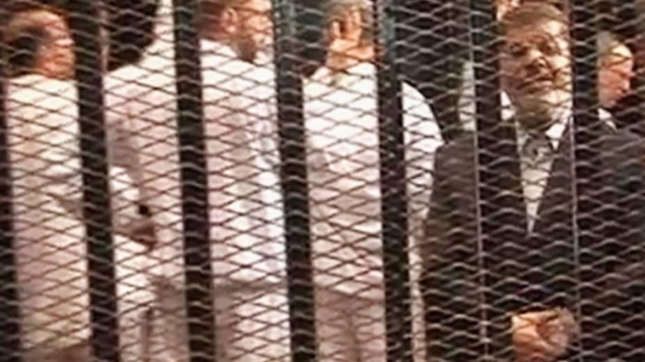 Imagem de vídeo mostra ex-presidente egípcio deposto, Mohamed Mursi em uma cela no primeiro dia de seu julgamento, no Cairo