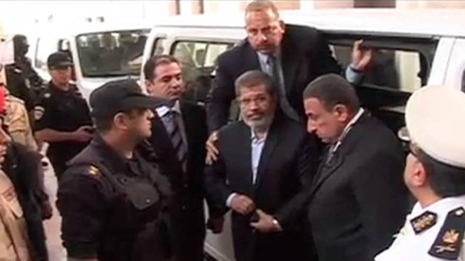 Imagem de vídeo mostra ex-presidente egípcio deposto, Mohamed Mursi chegando para seu julgamento, em um tribunal no Cairo