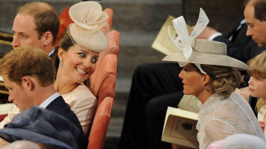 Kate Middleton conversa com a Condessa de Wessex, Sophie, durante o 60º aniversário de coroação da rainha Elizabeth II