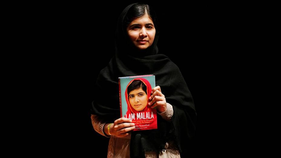 """Malala Yousafzai, paquistanesa que foi baleada na cabeça pelo Talibã por defender a educação das meninas no país, durante lançamento do seu livro de memórias, """"Eu sou Malala"""", em Londres"""