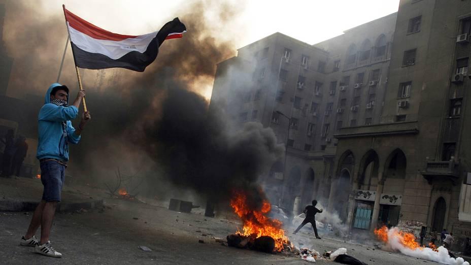 Irmandade Muçulmana egípcia e partidários do presidente deposto Mohamed Morsi entram em confrontos com a polícia de choque ao longo da rua Ramsis, no centro de Cairo. Pelo menos 28 pessoas foram mortas em confrontos entre islamitas e policiais no Egito (06/10/2013)