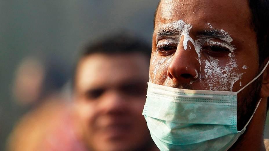Simpatizante do deposto presidente egípcio, Mohamed Mursi recebe bomba de gás lacrimogêneo lançado pela polícia durante os confrontos ao longo de uma estrada em Kornish El Nile, que leva à praça Tahrir (06/10/2013)