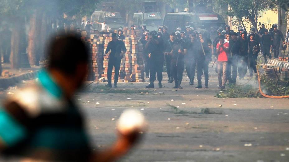 Polícia lança gás lacrimogênio durante confrontos com membros da Irmandade Muçulmana e simpatizantes do deposto presidente egípcio, Mohamed Mursi, ao longo de uma estrada em Kornish El Nile, que leva à praça Tahrir (06/10/2013)