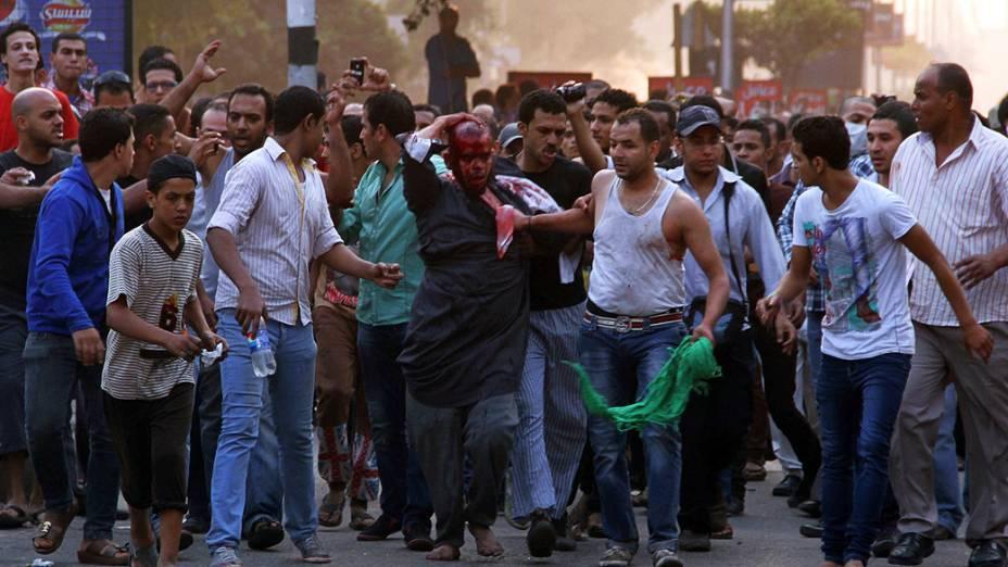 Manifestante é ferido durante confronto com a polícia na comemoração do aniversário de um ataque contra as forças israelenses durante a guerra de 1973, no Cairo (06/10/2013)