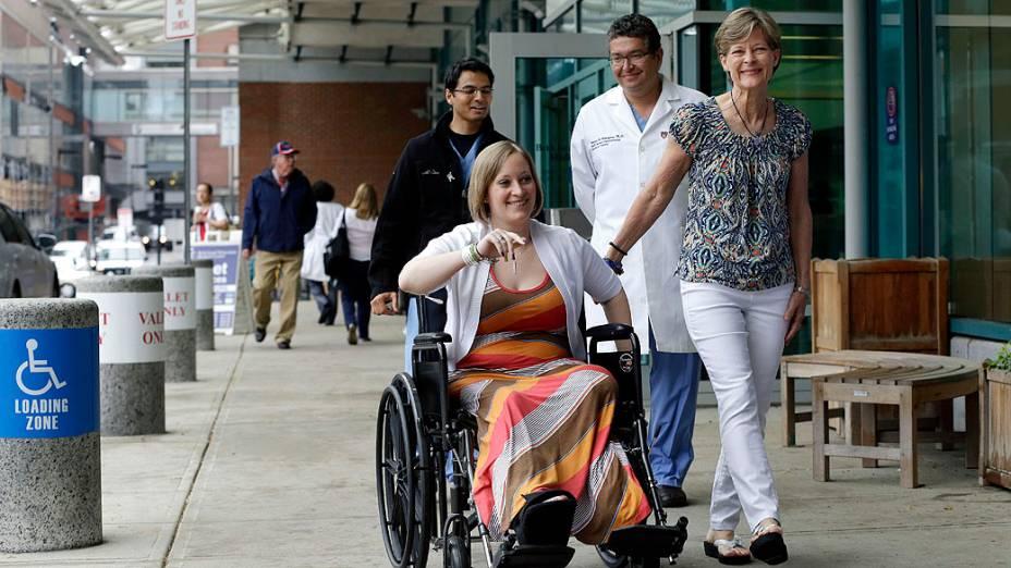 Sete semanas depois do atentado em Boston, Erika Brannock, de 29 anos, deixa o hospital em uma cadeira de rodas, ao lado da mãe, Carol. A jovem teve uma das pernas amputadas em decorrência dos ferimentos