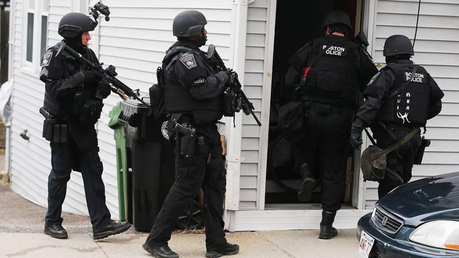 Policia vasculha casa de suspeito do atentado na Maratona de Boston
