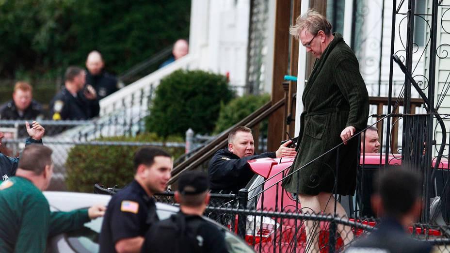 Moradores são retirados de suas casas enquanto a polícia cerca a casa à procurava do suspeito da Maratona de Boston, Massachusetts