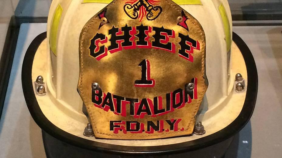 Capacete de um chefe de batalhão de bombeiros que trabalhou no resgate das vítimas do atentado ao World Trade Center, em setembro de 2001