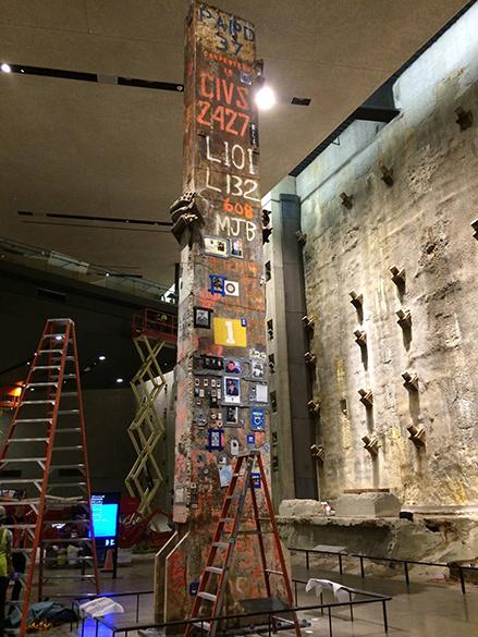 Coluna retirada dos escombros do World Trade Center e assinada porintegrantes de equipes de resgate, voluntários e familiaresdas vítimas