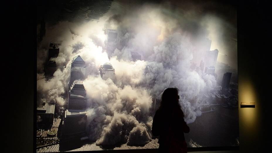 Imagens das torres em colapso após colisão de aeronaves são expostas no Memorial Nacional do World Trade Center, que será inaugurado em Nova Iorque