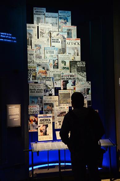 No Memorial Nacional do World Trade Center, inaugurado em Nova Iorque, páginas dos principais jornais americanos publicados na data do atentado são expostos
