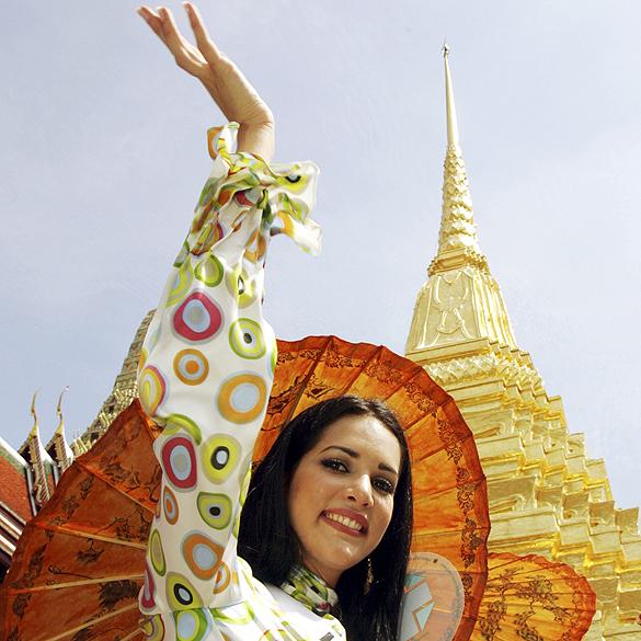 Miss Venezuela Mónica Spear visita templo em Bangcoc, na Tailândia, durante o concurso Miss Universo 2005