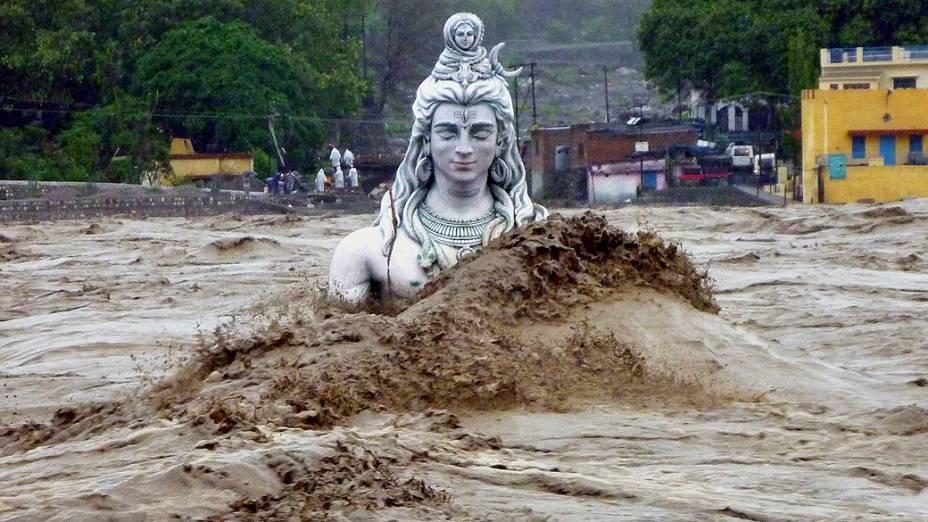 Imagem da divindade hindu Shiva fica submersa no Rio Ganges em Rishikesh, norte do estado de Uttarakhand, Índia