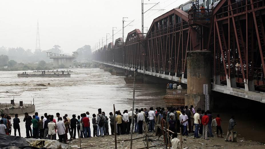 Pessoas se reuniram perto de uma  antiga ponte em Nova Délhi, na Índia