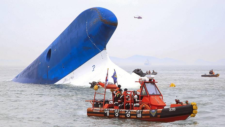 Navio que transportava cerca de 470 pessoas naufraga na Coreia do Sul