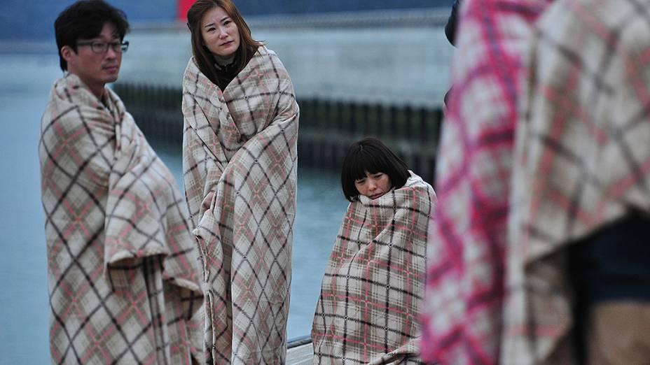 Familiares aguardam informações dos passageiros do navio que naufragou próximo a Jindo, na Coreia do Sul