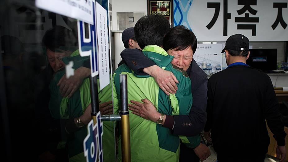Na Coréia do Sul, parentes das vítimas do naufrágio do navio Sewol se abraçam. O acidente deixou mais de 170 mortos