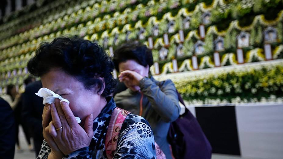 Parentes choram em frente ao memorial de vítimas do naufrágio do Sewol, na Coréia do Sul