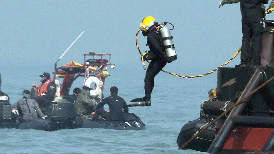 Mergulhadores realizam operações de resgate na área onde o navio Sewol naufragou na região de Jindo, Coréia do Sul