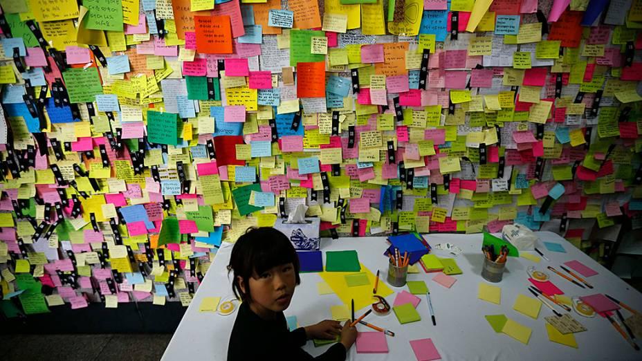 Centenas de pessoas deixaram bilhetes e homenagens no memorial das vítimas do naufrágio do navio Sewol, na Coréia do Sul