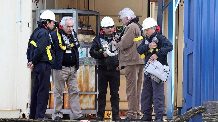 Capitão do Costa Concordia Francesco Schettino, embarca pela primeira vez no navio após o naufrágio em 2012, junto com oficiais de justiça, na costa da ilha Giglio, na Itália