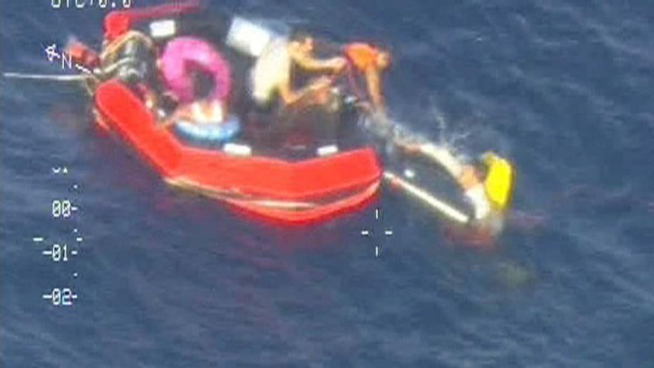 Sobreviventes de um navio que naufragou próximo à costa da Sicília na Itália, sobem em um barco lançado pela forças armadas de Malta