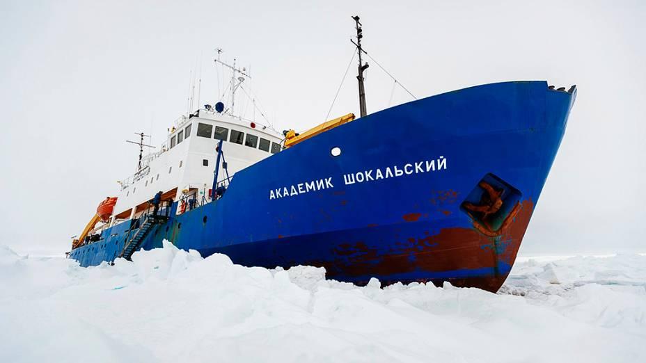 Navio está preso desde 24 de dezembro, véspera de Natal, com 74 pessoas à bordo