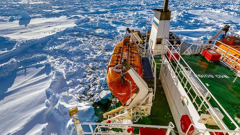 Navio russo MV Akademik Shokalskiy preso no gelo da Antártida