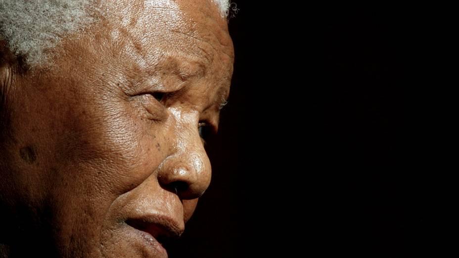 Nelson Mandela, ex-presidente da África do Sul, depois de ser conferido com doutorado honorário em Direito na Universidade de Galway, na Irlanda em 2003