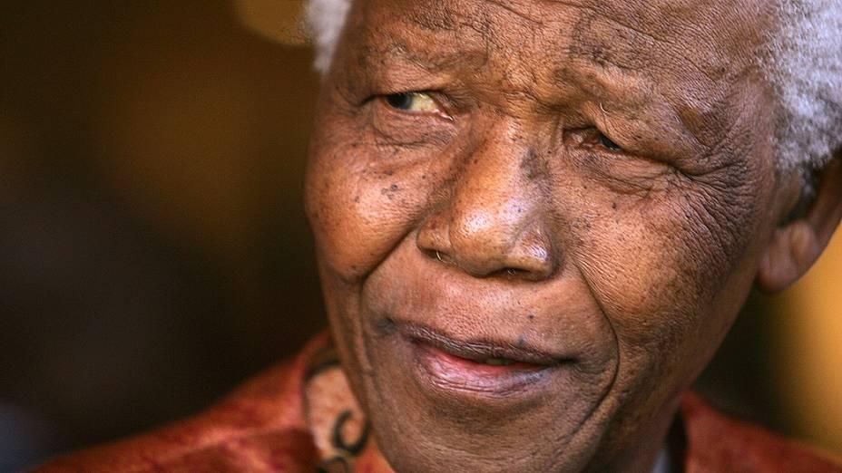 2004 - O ex-presidente Sul-Africano Nelson Mandela sorri durante anúncio oficial de sua aposentadoria da vida pública em Johannesburgo