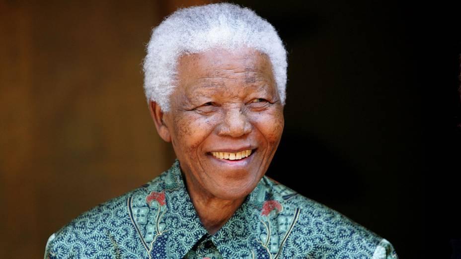 2005 -  O ex-presidente Sul-Africano Nelson Mandela cumprimenta fotógrafos em Johannesburgo