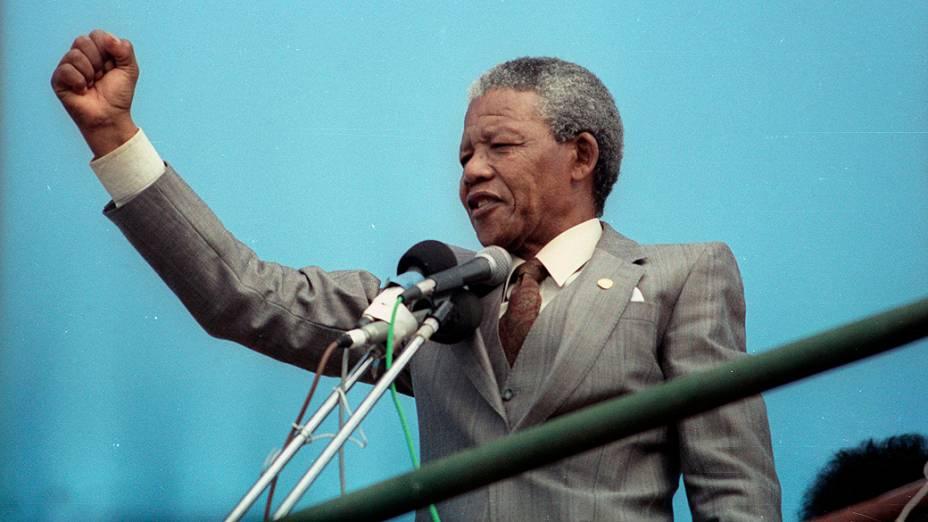 1990 - Vice-presidente do Congresso Nacional Africano (ANC), Nelson Mandela, fala para uma multidão em um comício em Port Elizabeth