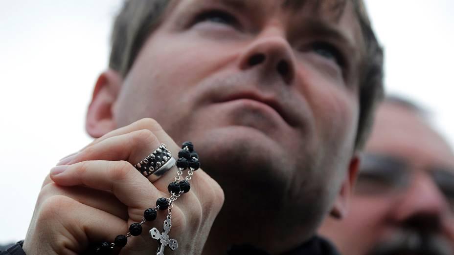 Fiéis aguardam na Praça São Pedro o possível anúncio do novo Papa, no Vaticano