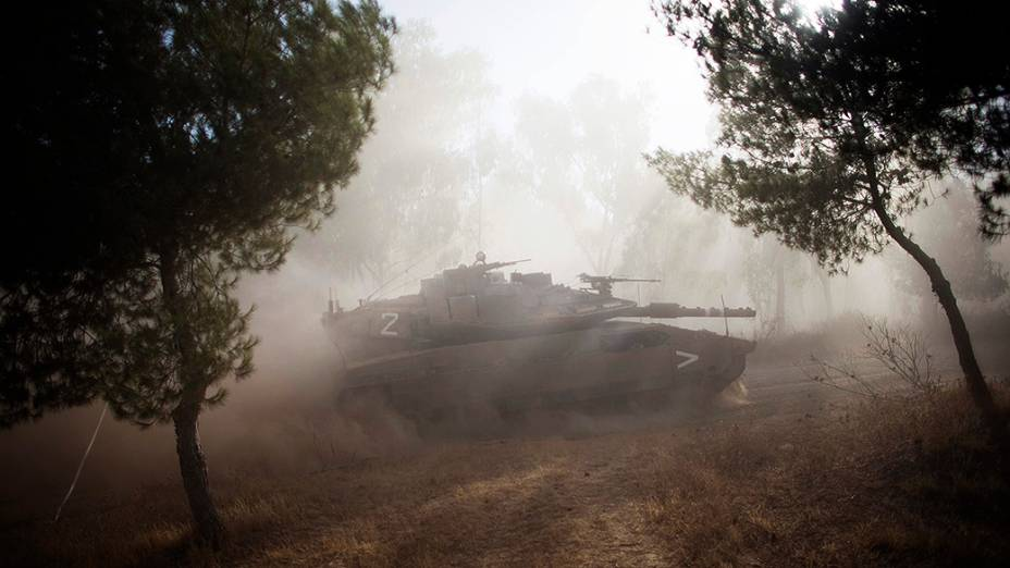 Tanque israelense realiza manobra após o fim de uma trégua humanitária de cinco horas, perto da fronteira com a Faixa de Gaza - (17/07/2014)