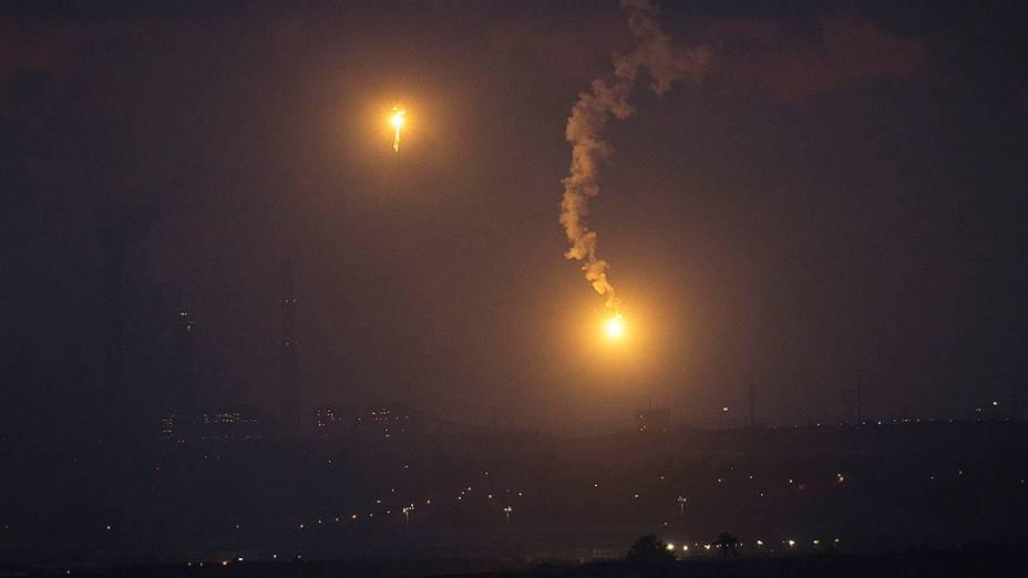 Sistema antimíssil disparado pelo exército israelense visto no norte da Faixa de Gaza - 17/07/2014