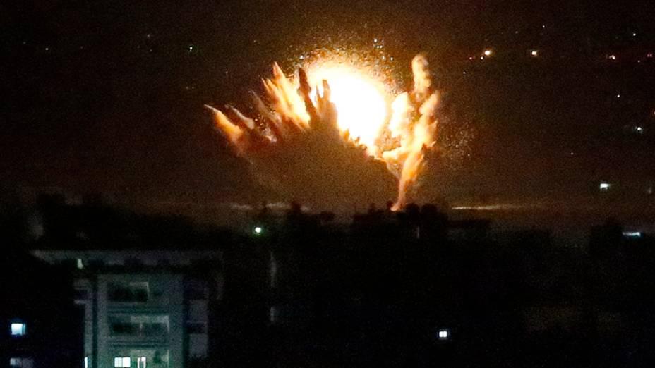 Um míssil israelense atinge construções palestinas na cidade de Gaza - (17/07/2014)