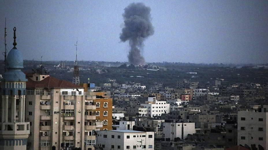 Fumaça vista após ataque israelense em Gaza - 17/07/2014