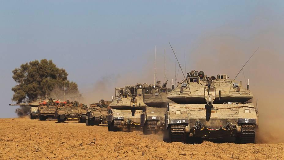 Tanque israelense realiza manobra após o fim de uma trégua humanitária de cinco horas, perto da fronteira com a Faixa de Gaza -17/07/2014