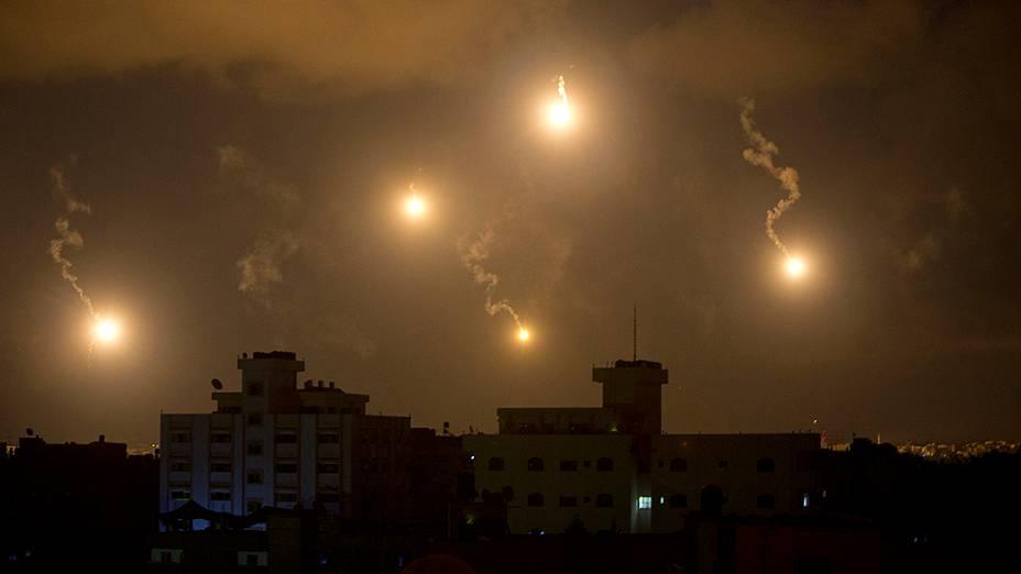 Sistema antimíssil disparado pelo exército israelense ilumina o céu sobre a Faixa de Gaza - 18/07/2014