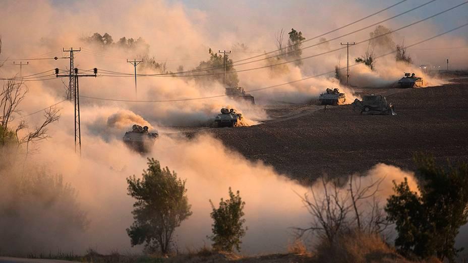 Tanques israelenses realizam manobras ao norte da Faixa de Gaza. Israel intensificou sua ofensiva terrestre na Faixa de Gaza com artilharia, tanques e navios de guerra - 18/07/2014