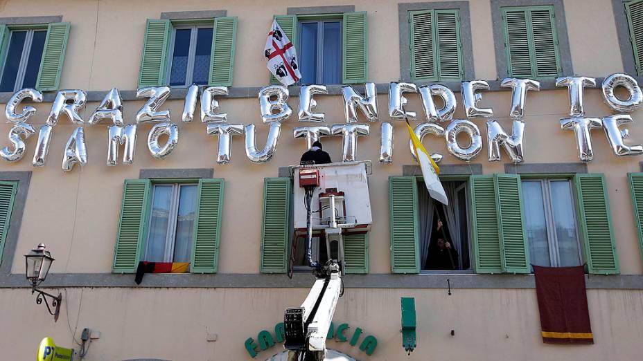 """Balões com os dizeres """"Bento, todos com você"""" são exibidos para a despedida do Papa Bento XVI, em Roma"""