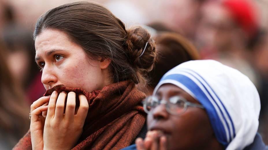 Fiéis aguardam o último adeus do Papa Bento XVI antes de sua partida, no Vaticano