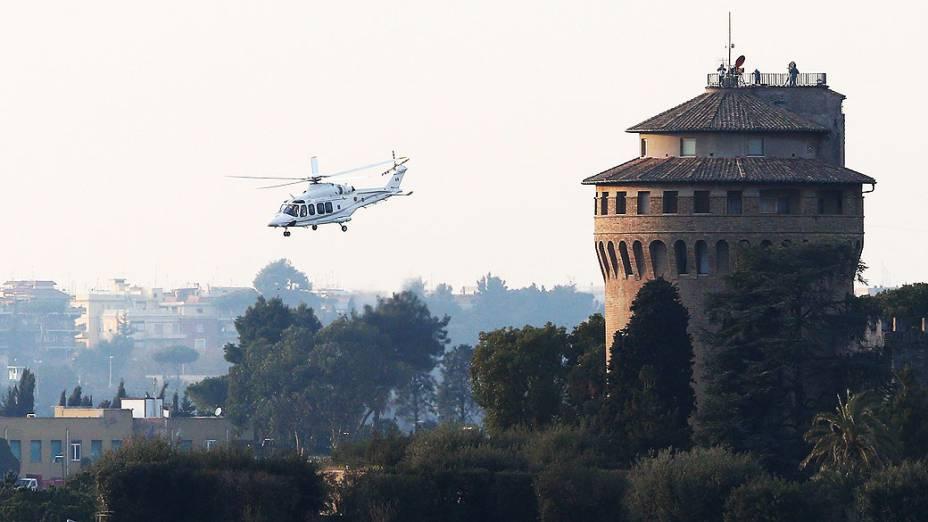 Helicóptero do Papa Bento XV se aproxima de Castel Gandolfo, onde vai deixar seu posto, no Vaticano