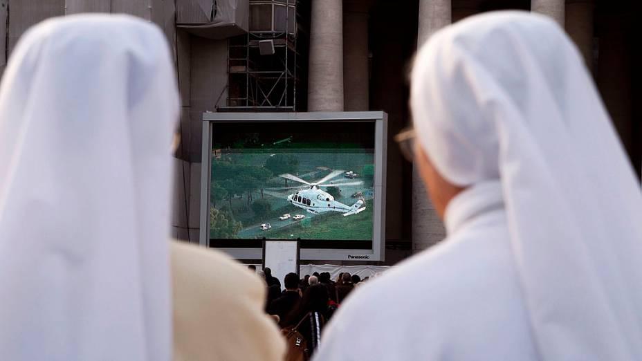 Fiéis acompanham vôo de Papa Bento XVI para Castel Gandolfo, onde vai deixar seu posto, no Vaticano