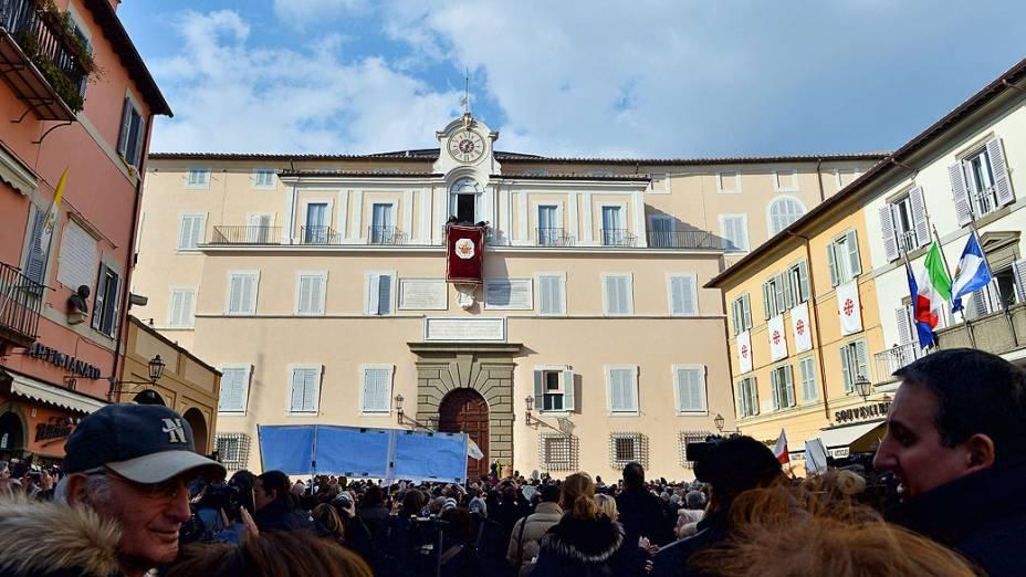 Trabalhadores preparam sacada onde o Papa Bento XVI irá saudar os fiéis, em Castel Gandolfo, Roma